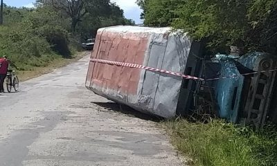 accidente camión volcado en Holguín