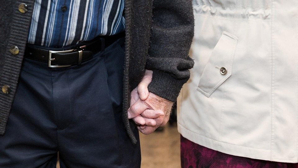old couple holding hands ancianos italianos
